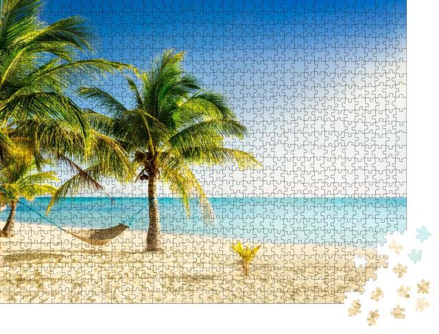 """Puzzle 1000 Teile """"Paradiesstrand mit Palmen und traditioneller geflochtener Hängematte"""""""
