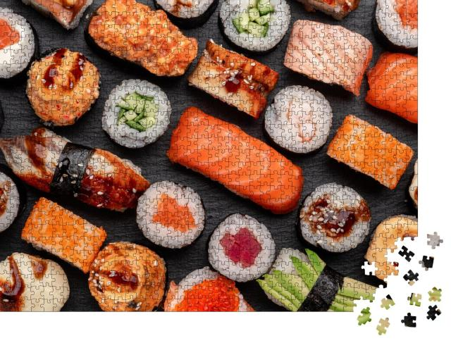"""Puzzle 1000 Teile """"Assortierte Sushi Nigiri und Maki auf Schieferplatten"""""""