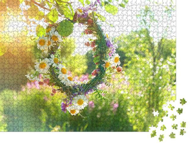 """Puzzle 1000 Teile """"Mittsommer: Wunderschöner Blumenkranz aus Feldblumen"""""""