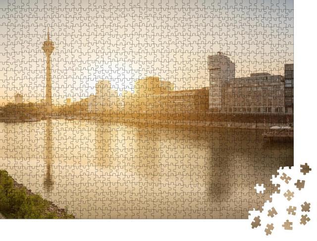 """Puzzle 1000 Teile """"Sonnenaugang über Düsseldorf, Hauptstadt von Nordrhein-Westfalen"""""""