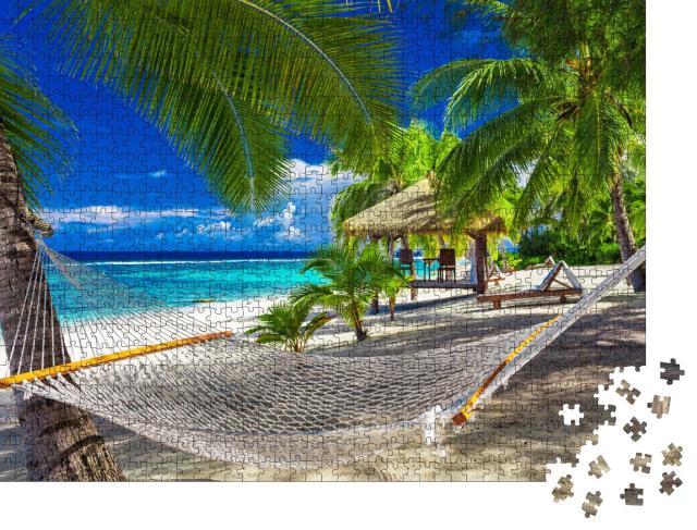 """Puzzle 1000 Teile """"Hängematte zwischen Palmen an einem lebhaften tropischen Strand, Cookinseln"""""""