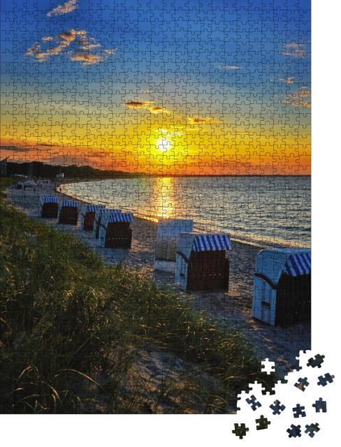"""Puzzle 1000 Teile """"An der Ostsee: Strandkörbe und Sonnenuntergang in Glowe, Mecklenburg-Vorpommern"""""""