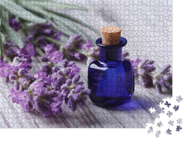 """Puzzle 1000 Teile """"Ätherisches Lavendelöl in einer blauen Glasflasche"""""""