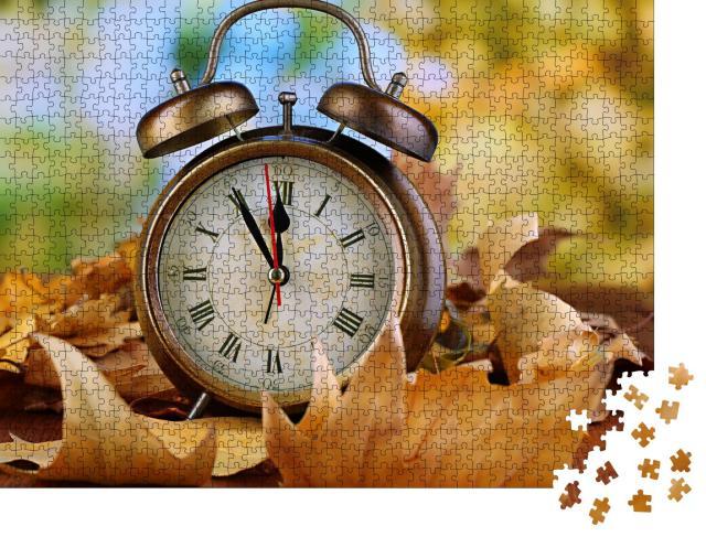 """Puzzle 1000 Teile """"Alte Uhr auf Blättern im Herbst, Wecker auf Holztisch"""""""