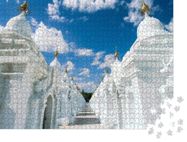 """Puzzle 1000 Teile """"Wunderschöne weiße Kuthodaw-Pagode am Fuße des Mandalay Hill, Myanmar"""""""