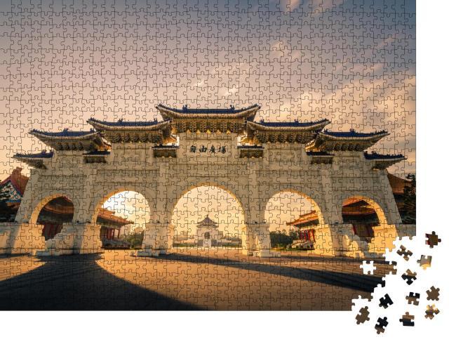"""Puzzle 1000 Teile """"Morgendämmerung: Freiheitsplatz mit Fronttor der Chiang Kai-Shek, Taipeh, Taiwan"""""""