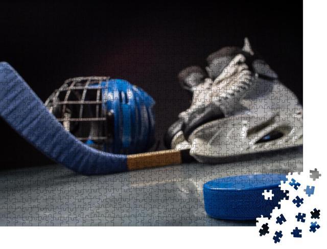 """Puzzle 1000 Teile """"Nahaufnahme eines Hockey-Pucks und einer Hockey-Ausrüstung dahinter"""""""