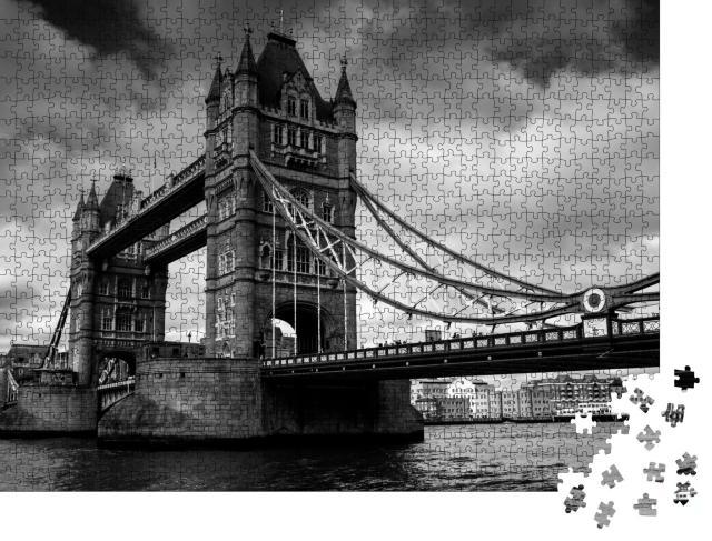 """Puzzle 1000 Teile """"Tower Bridge in London, schwarz-weiß"""""""