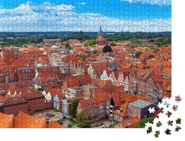 """Puzzle 1000 Teile """"Über den Dächern von Lüneburg: Stadtansicht von oben, Niedersachsen"""""""