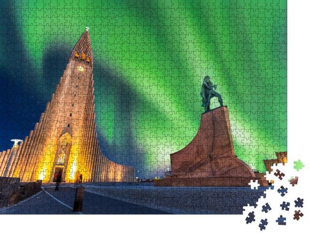 """Puzzle 1000 Teile """"Polarlichter über der Hallgrimskirkja-Kirche in Reykjavik, Island"""""""