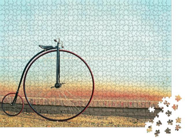 """Puzzle 1000 Teile """"Vintage-Fahrrad: hohes Rad im Retro-Stil vor einer kleinen Mauer"""""""