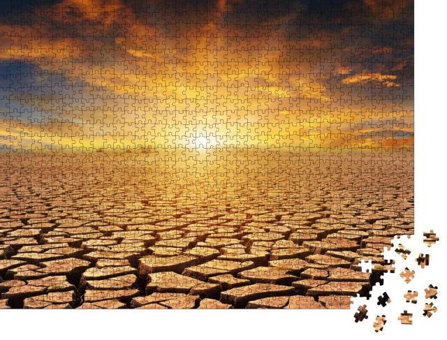 """Puzzle 1000 Teile """"Orangefarbener bewölkter Sonnenuntergang über Steinwüste"""""""