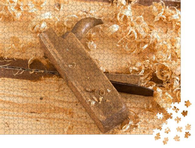 """Puzzle 1000 Teile """"Ausrangierter alter Holzhandhobel für die Holzbearbeitung mit Holzspänen."""""""