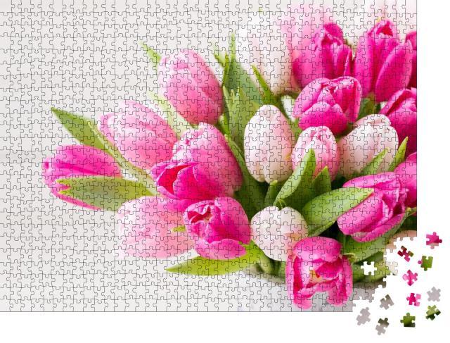 """Puzzle 1000 Teile """"Ostern: rosa Tulpen vor weißem Hintergrund"""""""