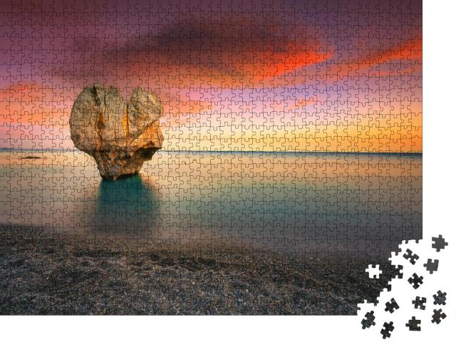 """Puzzle 1000 Teile """"Einsame Felsskulptur: Herzform, Preveli, Kreta, Griechenland"""""""