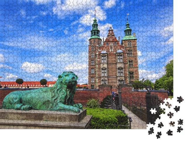 """Puzzle 1000 Teile """"Skulptur des Löwen am Schloss Rosenborg unter weitem blauem Himmel"""""""