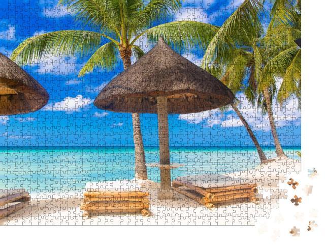 """Puzzle 1000 Teile """"Sonnenschirm und Strandliegen unter den Palmen am tropischen Strand"""""""
