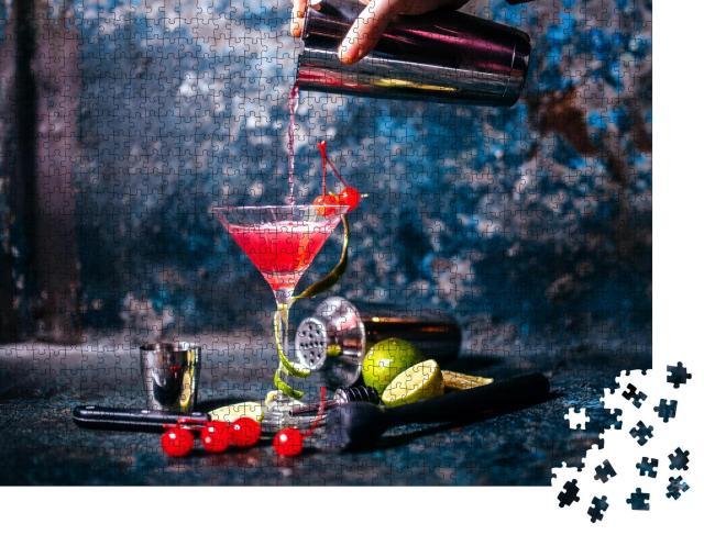 """Puzzle 1000 Teile """"Barkeeper, der einen roten Cocktail in einem Martinikurs zubereitet"""""""