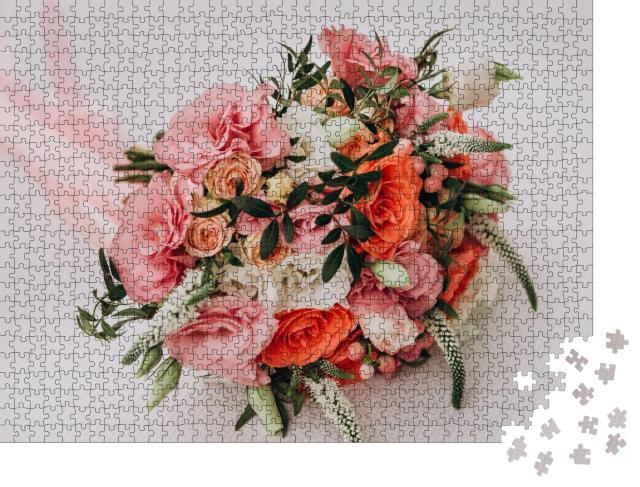 """Puzzle 1000 Teile """"Mädchen hält einen Hochzeitsstrauß in den Händen, rosa Rosen"""""""