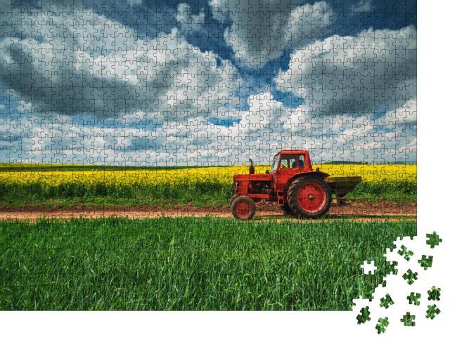 """Puzzle 1000 Teile """"Roter Traktor mit Anhänger vor einem Rapsfeld, Oxfordshire"""""""