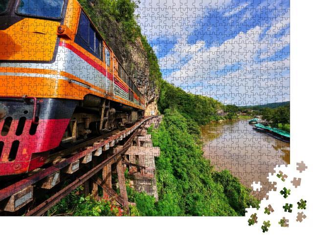 """Puzzle 1000 Teile """"Zug auf der Todesbahnstrecke von der Krasae-Höhle nach Kanchanaburi-Stadt, Thailand"""""""