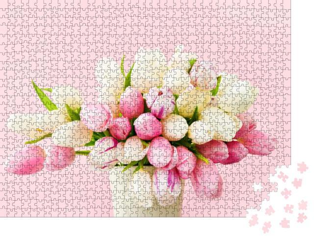 """Puzzle 1000 Teile """"Blumenbouquet aus rosa und weißen Tulpen in einer Vase auf einem rosa Hintergrund"""""""