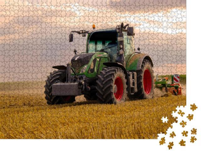 """Puzzle 1000 Teile """"Grüner Traktor pflügt ein Getreidefeld, Himmel mit Wolken"""""""