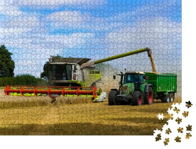 """Puzzle 1000 Teile """"Traktor mit Anhänger, der im Tandem neben einem Mähdrescher arbeitet, Oxfordshire"""""""