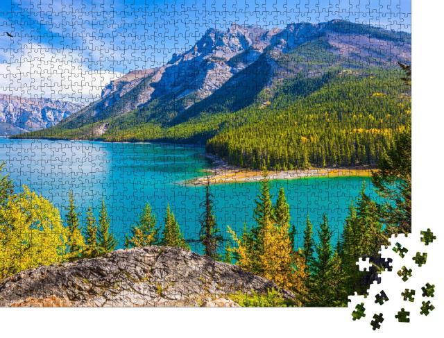 """Puzzle 1000 Teile """"Lake Two Jack: Wasser und Nadelwälder, Rocky Mountains, Kanada"""""""
