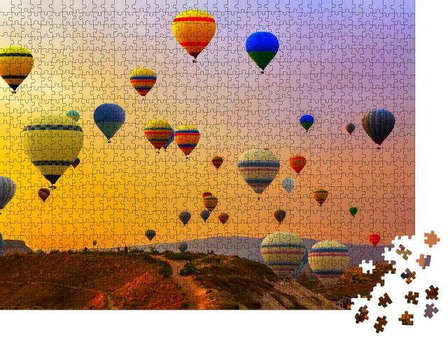 """Puzzle 1000 Teile """"Heißluftballons, die auf einem Berg landen, Kappadokien, Türkei"""""""