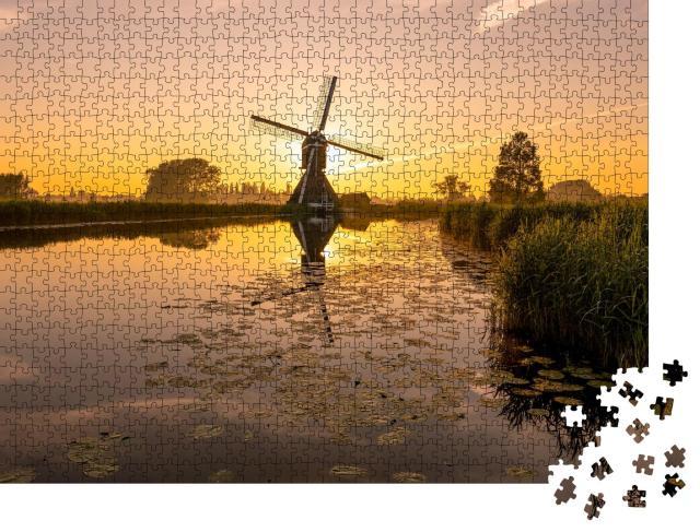 """Puzzle 1000 Teile """"Sonnenaufgang an einer Flusslandschaft: idyllische Windmühle"""""""