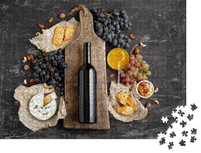 """Puzzle 1000 Teile """"Rotweinflasche auf einem Schneidebrett aus Holz, Käse und Trauben"""""""