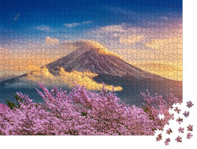 """Puzzle 1000 Teile """"Fuji und Kirschblüten an einem Frühlingsabend, Japan"""""""