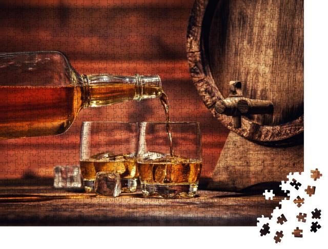 """Puzzle 1000 Teile """"Einschenken von Whiskey aus der Flasche in zwei Gläser mit Eiswürfeln"""""""