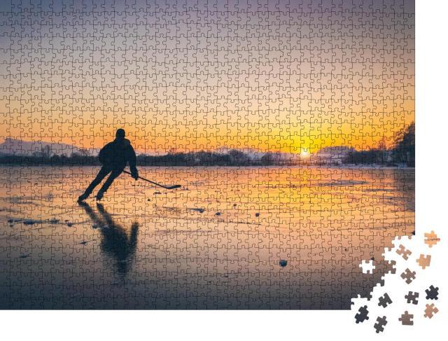 """Puzzle 1000 Teile """"Silhouette eines jungen Eishockeyspielers auf einem zugefrorenen See"""""""