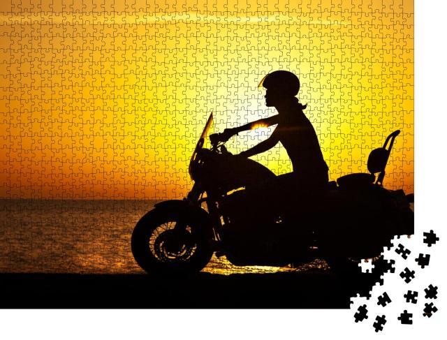 """Puzzle 1000 Teile """"Bikerin auf der Fahrt durch den Sonnenuntergang"""""""
