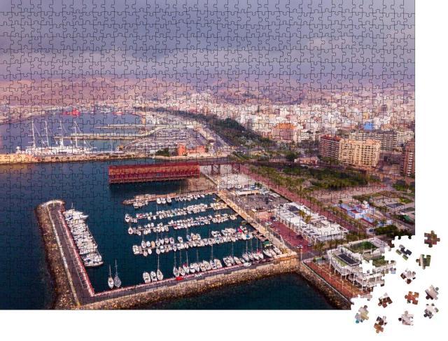"""Puzzle 1000 Teile """"Der Hafen von Almeria, im Hintergrund die Stadt und Berge"""""""