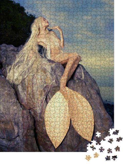 """Puzzle 1000 Teile """"Goldene Meerjungfrau auf einem Felsen am Meer"""""""