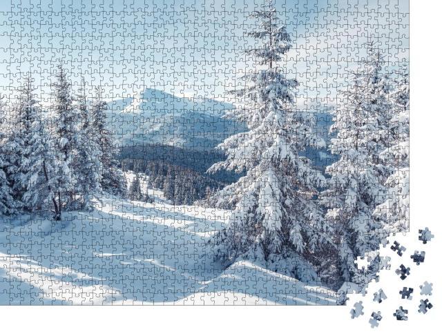 """Puzzle 1000 Teile """"Blick zwischen Bäume: Prächtige Alpenlandschaft im Winter"""""""