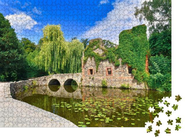"""Puzzle 1000 Teile """"Alte Kirchenruine im Stadtpark Schöntal, Aschaffenburg, Deutschland"""""""