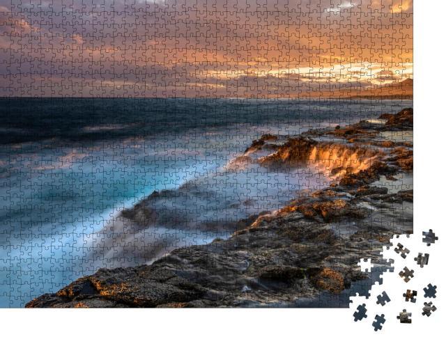 """Puzzle 1000 Teile """"Beeindruckender Sonnenuntergang über den felsigen Klippen von Fuerteventura"""""""
