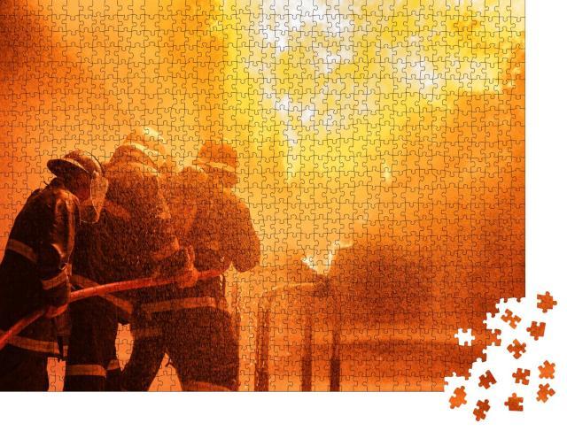 """Puzzle 1000 Teile """"Feuerwehrmänner bei der Brandbekämpfung"""""""