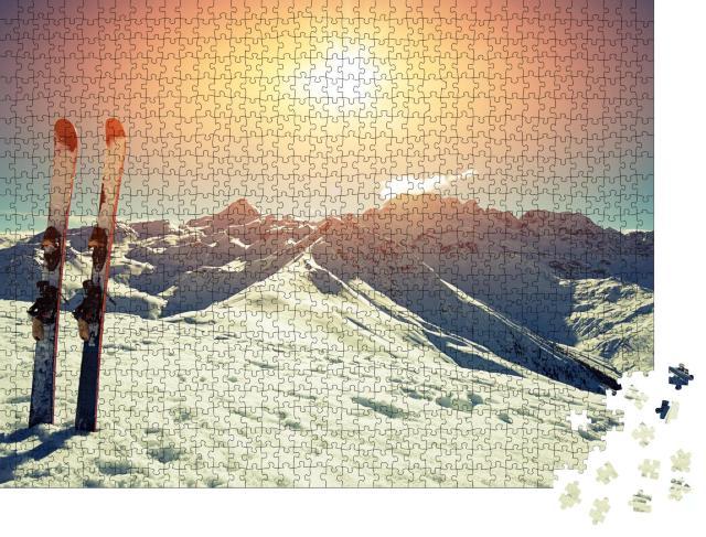 """Puzzle 1000 Teile """"Skier im Schnee in den Bergen"""""""