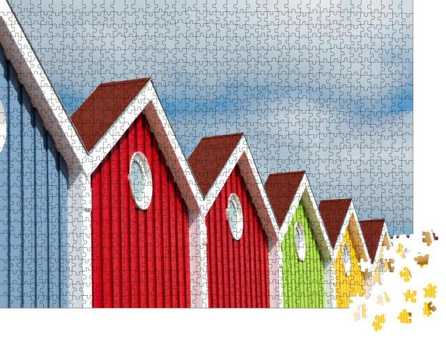 """Puzzle 1000 Teile """"Bunt leuchtende Häuserfront auf der Nordseeinsel Langeoog"""""""
