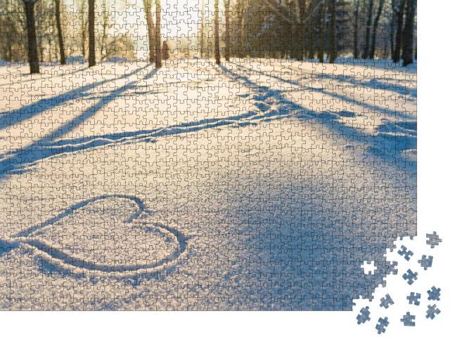 """Puzzle 1000 Teile """"Kleine Botschaft im Schnee: Ein Herz im Winterwald"""""""