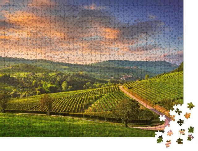 """Puzzle 1000 Teile """"Sonnenuntergangspanorama der Weinberge der Langhe, Barolo und La Morra, Piemont"""""""