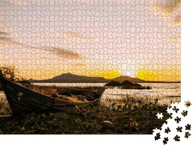"""Puzzle 1000 Teile """"Afrikanisches Fischerboot am Viktoriasee im Abendlicht, Kenia"""""""