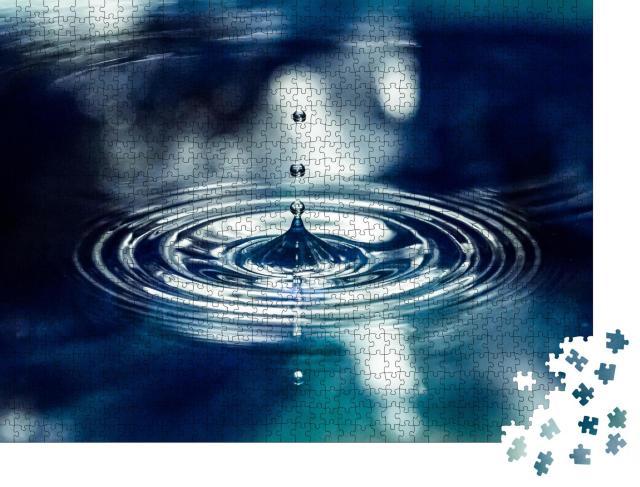 """Puzzle 1000 Teile """"Blauer Wassertropfen spritzt hoch, blaues Wasser"""""""