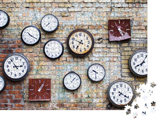 """Puzzle 1000 Teile """"Sammlung verschiedener alter Uhren, die an einer Backsteinmauer hängen"""""""