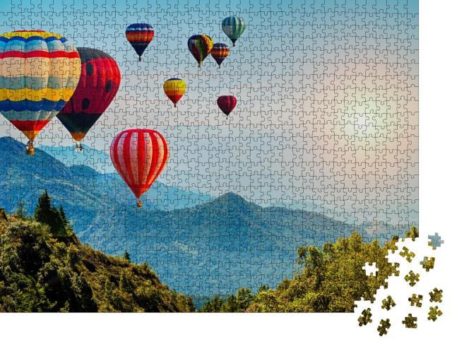 """Puzzle 1000 Teile """"Schöne Aussicht auf die Berge mit Heißluftballons, Thailand"""""""